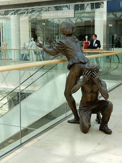 スロバキアのブラチスラバで見つけた銅像(綱渡りを見守る子供)