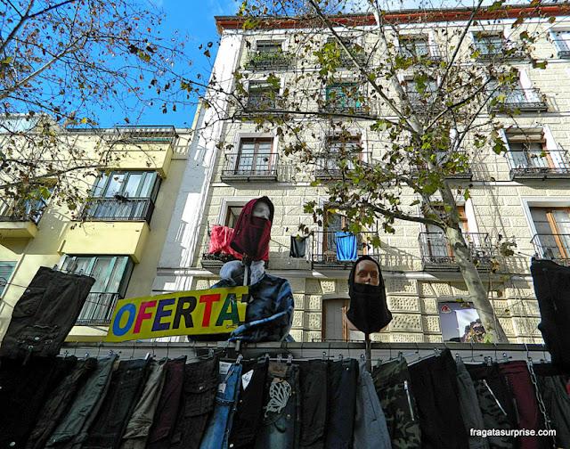 Barraca de roupas na Feira do Rastro, Madri