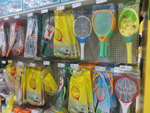 Много различных электро-ракеток для уничтожение комаров
