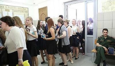 Calon mahasiswi menunggu giliran masuk ruang ujian