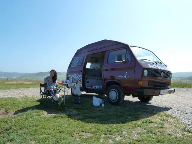 Wildcampen im alten VW Bus an der spanischen Atlantikküste