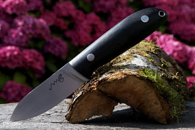 macro+bushcraft-knife