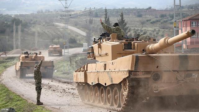 """Os soldados turcos entraram em Afrin, no noroeste da Síria, no segundo dia de uma vasta ofensiva da Turquia contra uma milícia curda considerada """"terrorista"""" por Ancara."""