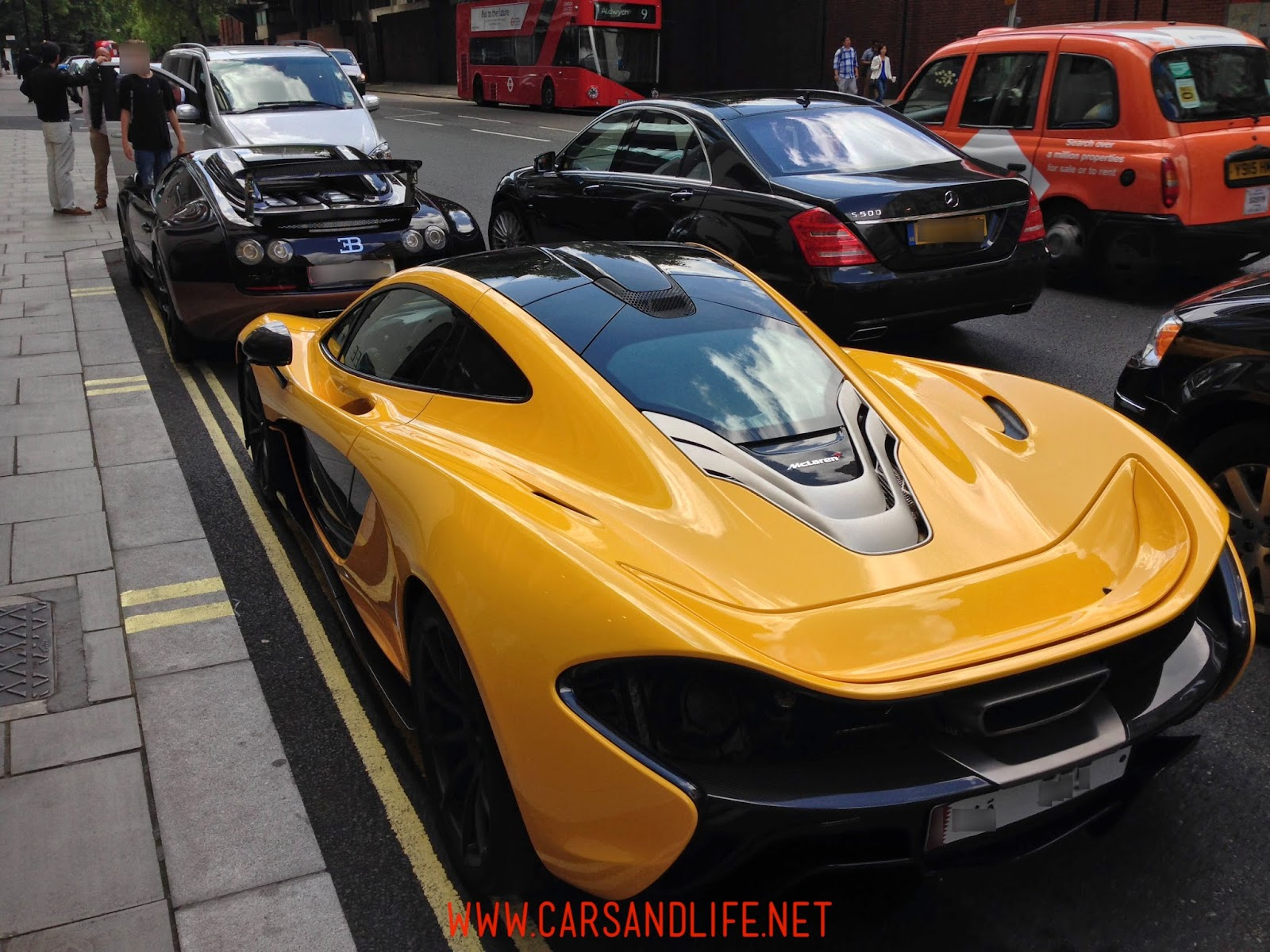 Bugatti Veyron vs. McLaren P1 in Knightsbridge (SW1) London