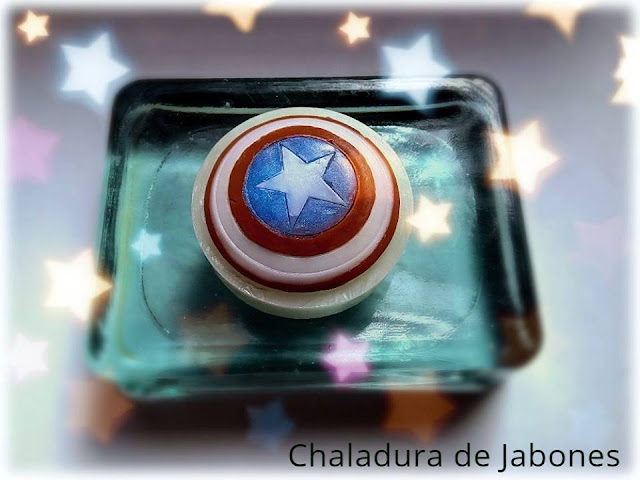 Jabón-natural-de-glicerina-escudo-Capitán-América-Chaladura-de-jabones