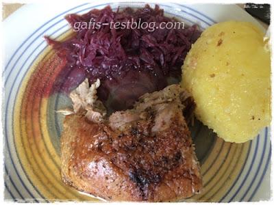 Gänsebraten mit Semmel- und Kartoffeknödel und Blaukraut