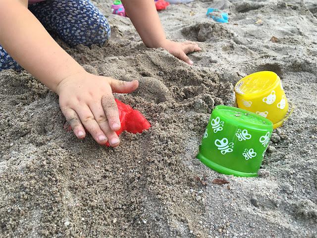 Am Strand spielen