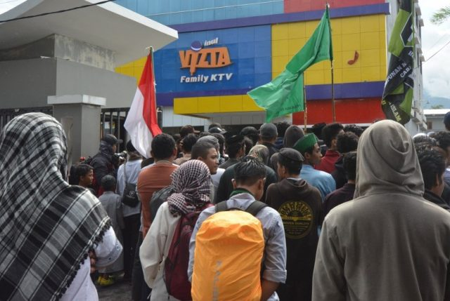 Kapolres Marah, Massa Segel Karaoke Inul Vizta di Palu