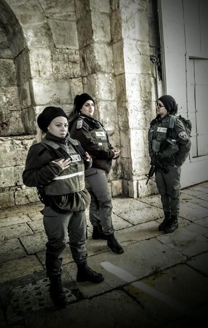 Mobbas av manliga vakterna