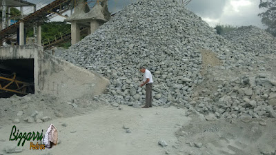Bizzarri nas pedreiras fazendo o que mais gosta, garimpando tipos de pedra e cores diferentes para fazer as revestimentos com pedra, parede de pedra, calçamento de pedra e pisos de pedra rústico.