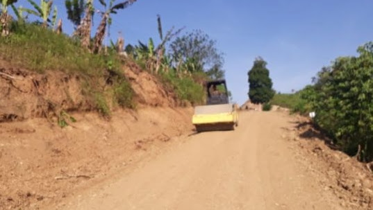 Satgas TMMD Timbun Jalan Desa Yang Rusak