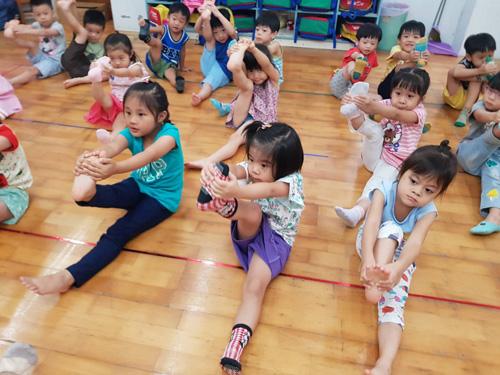 舞蹈課開始前先來測測幼兒園孩子身體軟Q度。