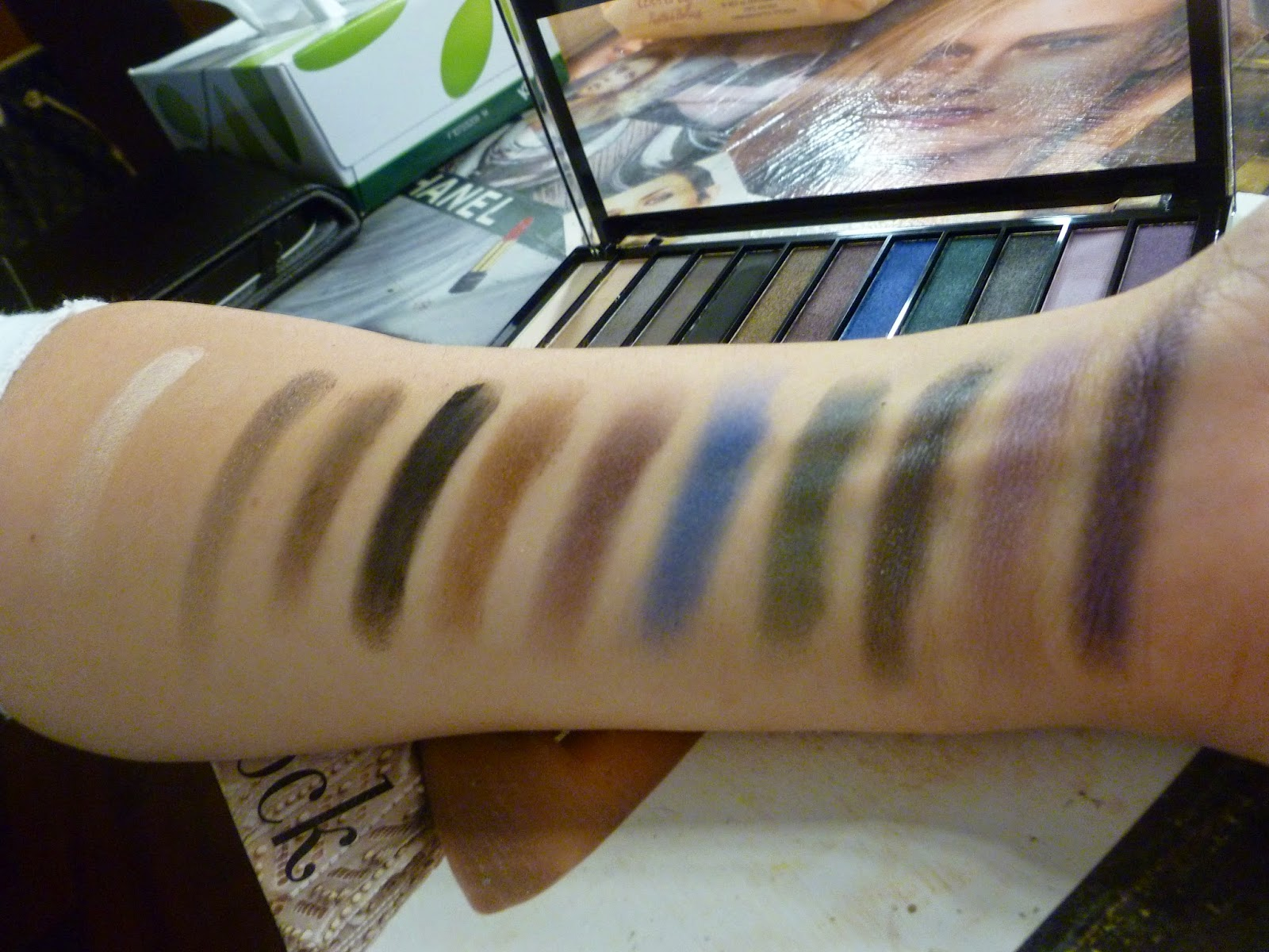 swatch palette hot smoked makeup revolution
