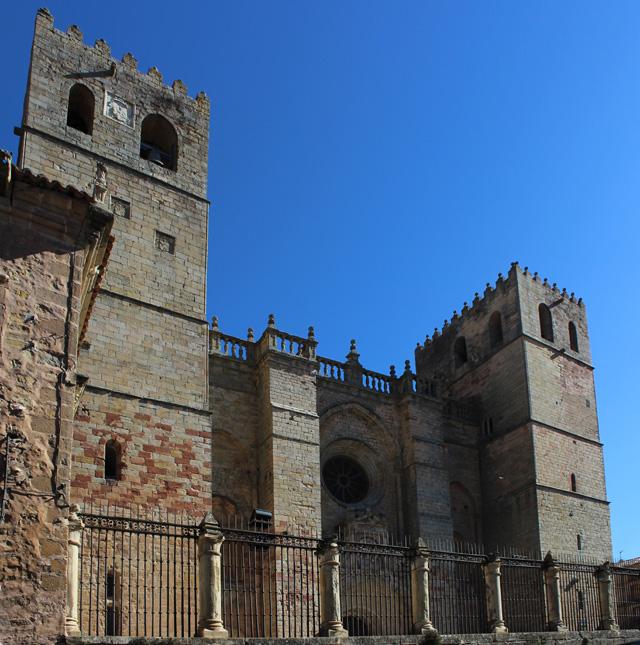 La fachada principal de la catedral de Sigüenza, flanqueada por dos torres cuadradas de los siglos XIV y XVI