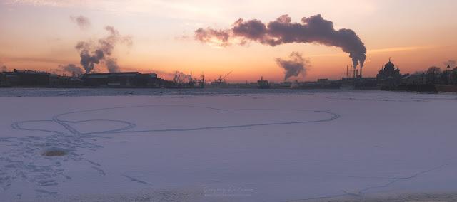 Розовый закат, панорама. Замерзшая Нева и сердца из снега.