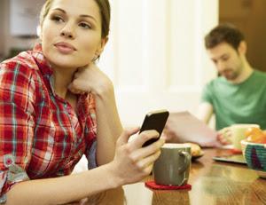 Ya se ha vuelto una adicción y nos perdemos de algunas cosas especiales que suceden en la vida real. Si no es suficiente una reunión, una película, una platica para dejar el celular a un lado, aquí les dejamos siete motivos para dejarlo por momentos y disfrutar más al no depender de los teléfonos móviles. 1. Dormirás mejor Si eres de los que revisa el celular siempre antes de dormir, y hasta te quedas dormido con el aparato en la mano seguramente a veces te desvelas muchísimo o no puedes dormir pronto. La luz de estos aparatos afecta al cerebro,
