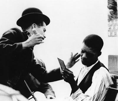 "Чаплин гримирует актера-музыканта на съемках ""Дня развлечений"" / A Day's Pleasure (1919)"