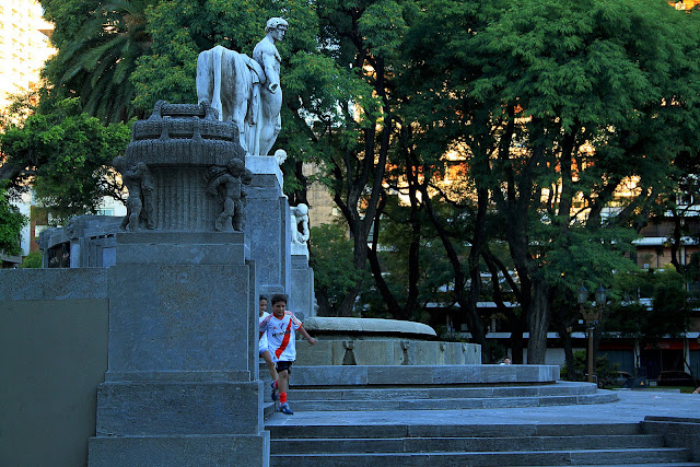 Escultura y chicos en la plaza Alemania