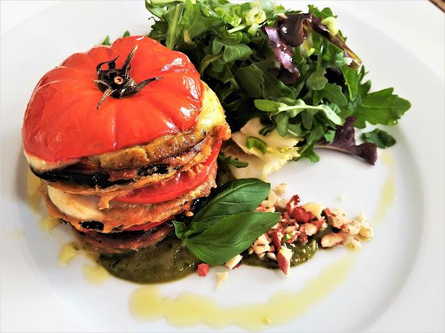 Milhojas de tomate raf, berenjena en pakoras y mozzarella con pesto de albahaca y dátiles