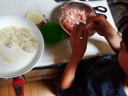 むすこが餃子を包んでくれたので餃子パーティーをすることに。