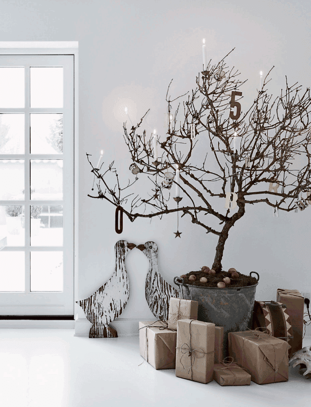 árbol de navidad de ramas secas, paquetes en kraft