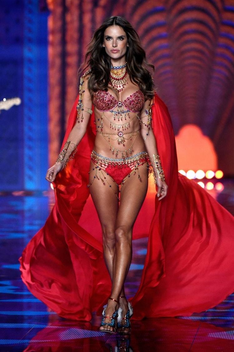 Alessandra Ambrosio: Đôi cánh thiên thần Victoria's Secret 17 năm cuối cùng cũng hạ xuống -15