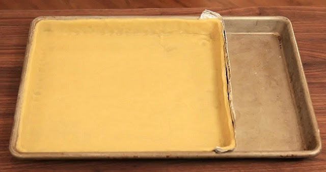 Para fazer uma torta pequena numa forma grande, use papel alumínio para fazer uma parede.