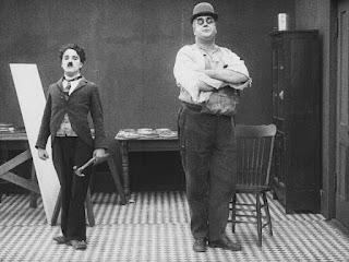 """Чарли Чаплин и Эрик Кэмпбелл в фильме """"За экраном"""" (1916)"""
