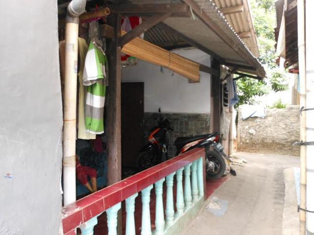 Rumah di gang pagar besi