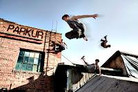 Bina çatılarında atlayarak parkur sporu yapan gençler