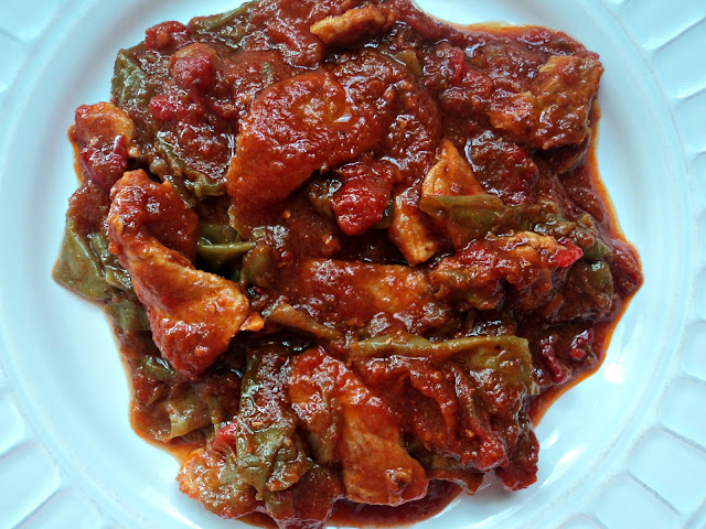 Lomo en salsa de tomate natural y pimientos, en fritada