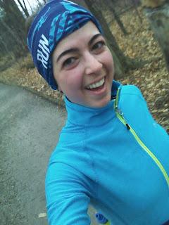 Coureuse souriante, dans le bois