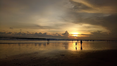 Senja di Pantai Batu Belig, Bali.  Alternatif wisata Pantai di Bali