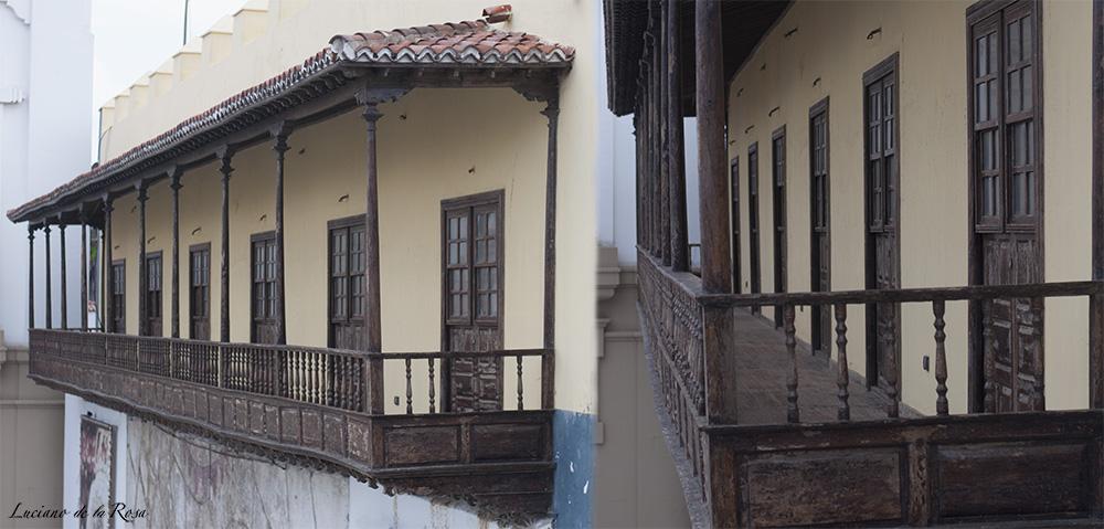 Típico balcón canario de madera que cuelga de la fachada del ayuntamiento de Candelaria