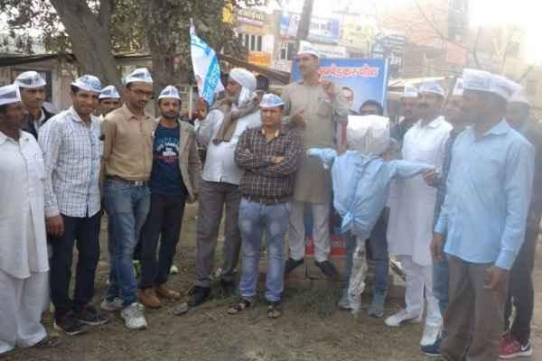 कल्याण सिंह के नेतृत्व में फतेहाबाद में आम आदमी पार्टी के कार्यकर्ताओं ने फूंका मोदी का पुतला