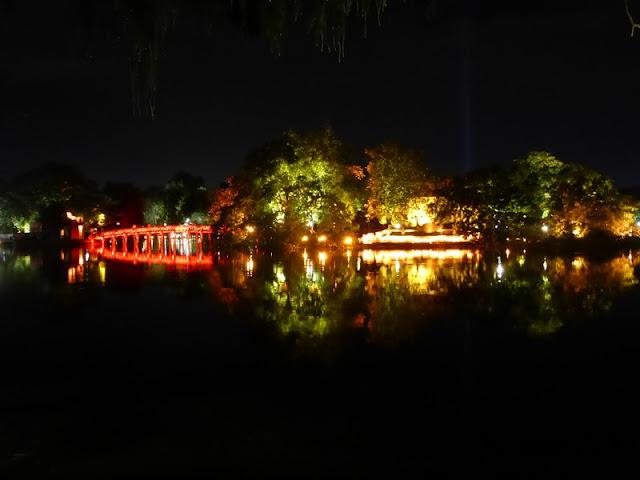 Lago oeste de Hanoi de noche