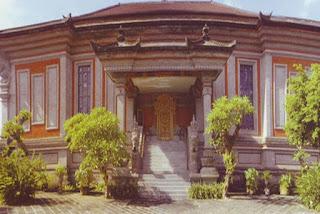http://www.teluklove.com/2017/02/pesona-keindahan-wisata-rudana-museum.html