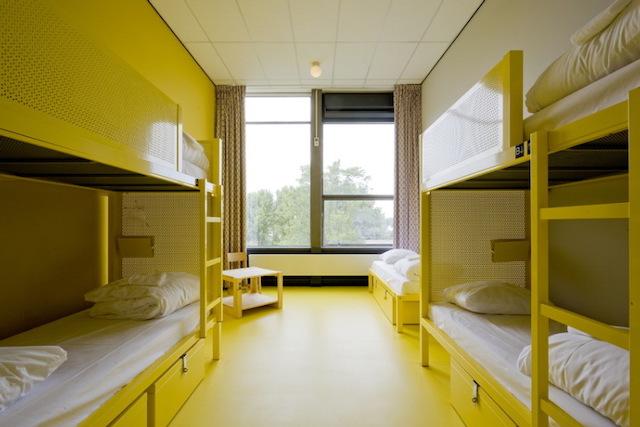 Hostel WOW em Amsterdã - quarto amarelo
