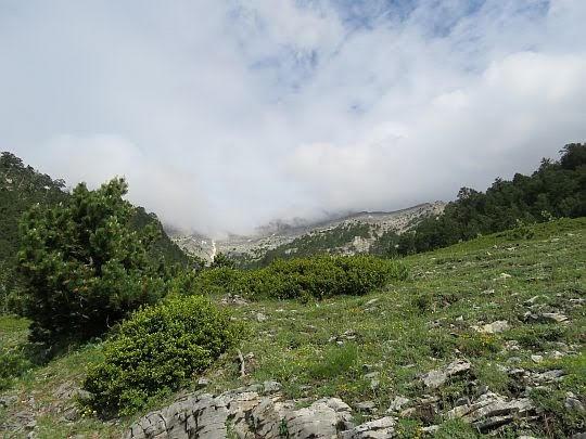W głąb doliny Mavrologos napływają obłoki.