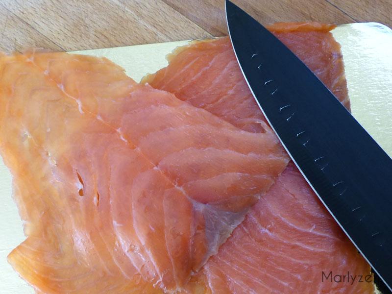 Émincez le saumon.