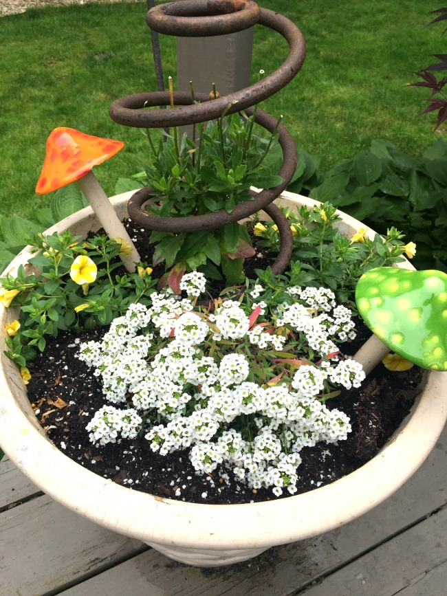 Inexpensive Garden Junk Ideas | Homeroad