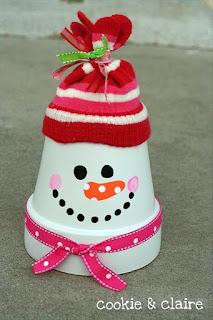 omino di neve con vaso di cotto