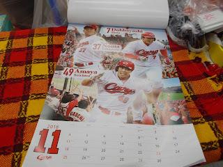 2018年カープカレンダーの11月は堂林選手と天谷選手と野間選手です