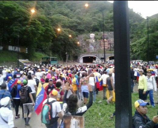 """Ciudadanos han """"tenido que sortear guarimbas"""" para llegar a Caracas"""