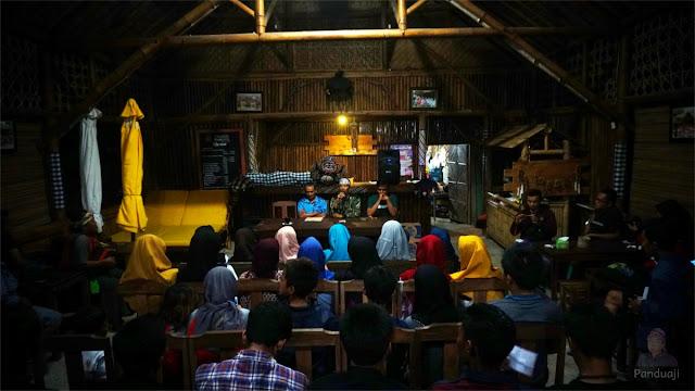 Suasana Sarasehan Lingkungan di Omah Segoro, Pantai Serang