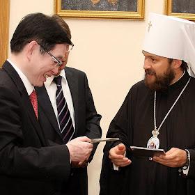 Wang Zuoan, um dos chefes da perseguição religiosa na China troca presentes com o metropolita Hilarion do Patriarcado cismático de Moscou engajado em feroz hostilidade contra os católicos ucranianos. Moscou 15-07-2014