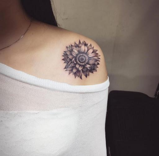 bandoulière élégant tatouages pour les femmes avec style