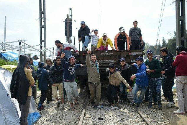 Eisenbahnwagen als Rammbock - Migranten versuchen neuen Grenzsturm
