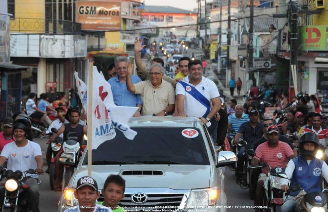 Moradores de Coari saem às ruas para declarar apoio a Amazonino