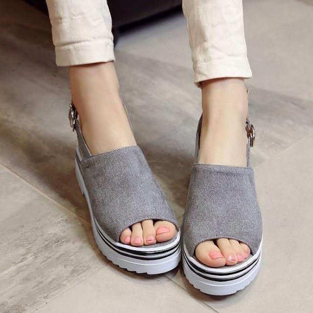 zapatos de plataforma con jeans
